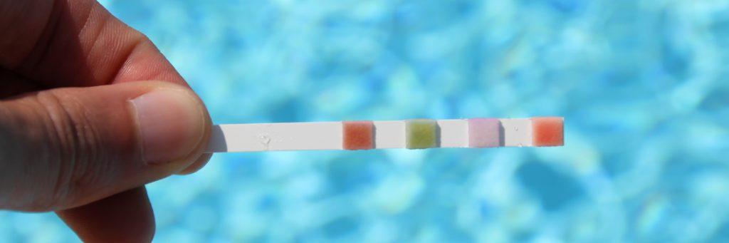 Bandelette pour analyser l'eau de votre piscine